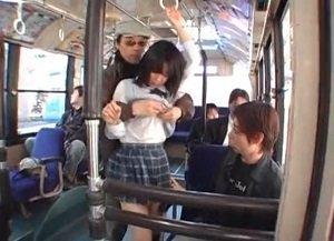 周りの乗客の目を気にせずに堂々と制服姿のJKを痴漢する動画
