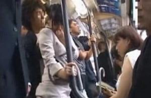 バスの座席に座っていた女子の前に立っているOLを痴漢して見せつける