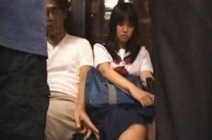 部活帰りのJKがバスの相席で隣に座っていた男に痴漢されそうになる