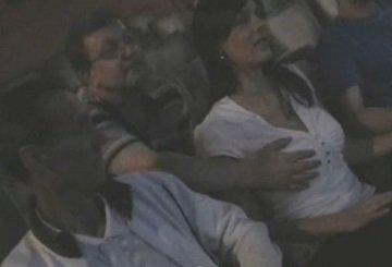 映画館で上映中に巨乳お姉さんが周りの男に痴漢される海外動画