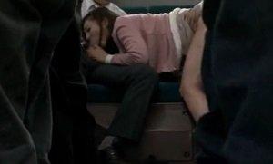 バスで痴漢された美人妻が欲情して後部座席でハメられ感じる動画
