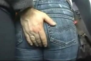 デニムを穿いた女性のお尻を触って痴漢する海外動画