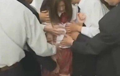 電車内で集団痴漢に遭遇した制服姿の美少女が体を触られまくる動画
