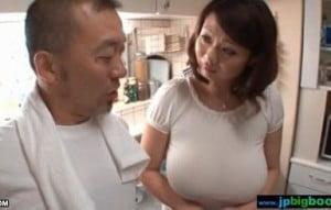 宅配に来た顔見知りの八百屋に痴漢されるメロン乳のノーブラ人妻