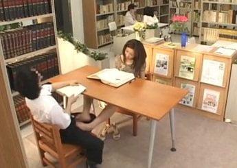 図書館内で童貞っぽい男を狙って逆痴漢するワンピお姉さん