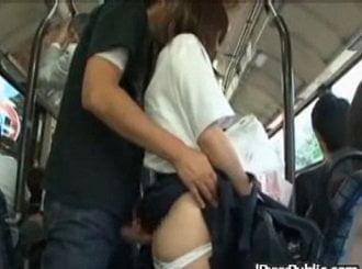 バス内で背後から肉棒お尻に擦られながら痴漢される大人しいJK