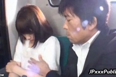バスの後部座席で痴漢される清純そうな美少女の動画