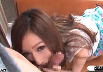 電車の中でフェロモン爆乳美女が逆痴漢しながら男を虜にしていく動画