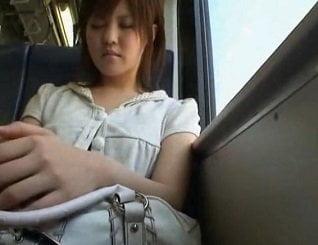 電車内のボックス席に座っていた女子が隣の男に痴漢される動画