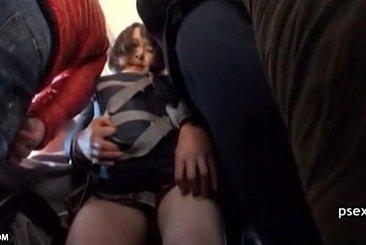 体が密着するほど混雑してるバス内でどさくさに紛れて痴漢されるJK