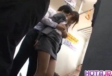 電車内で見かけによらずデカ乳首な巨乳OLが痴漢レイプされる動画