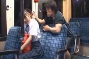 帰宅途中のバスの中で後ろに座っていた男から痴漢されて怯えるJK