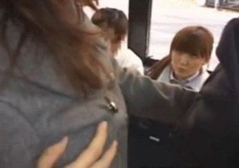 バスで痴漢されていたOLの姿を発見した女子がガン見する動画