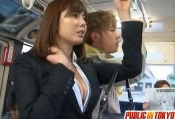 無意識に胸の谷間を強調してるOLがバスで痴漢され尻射される動画
