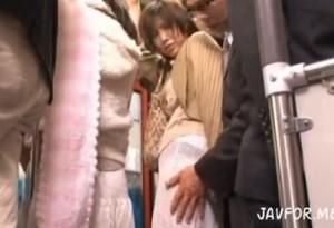 バスで娘の隣で痴漢された人妻が次第に興奮してフェラチオする動画