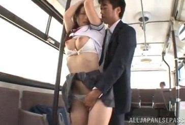 バスの内で痴漢された制服姿の巨乳JKがチンポまで挿入される動画