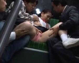 バスの後部座席で複数の男達から痴漢される制服姿の美少女の動画
