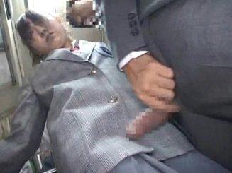 父親と一緒に乗っていたバス内で父親が降りた後に痴漢されるJK