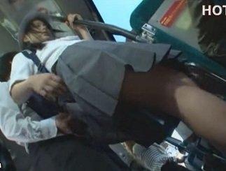 育ちの良さそうな清純美少女がバス内で背後から痴漢される動画