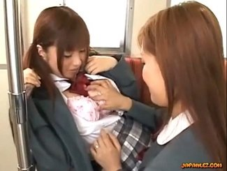 下校途中の電車の中で女友達から体を触られて満更でもないJKの動画