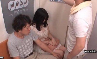 電車でワンピース姿の可愛い女性に近寄り痴漢する2人の男
