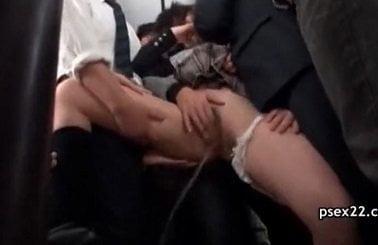 バスに乗ったら痴漢集団ばかりで体を触られ潮吹きしてしまうJK