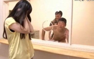 刑務所に面会に来た女の前で囚人である男を逆痴漢レイプする女刑務官