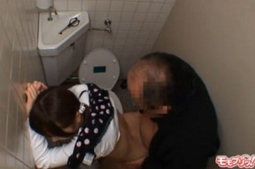 美少女が公衆トイレの個室で変態オヤジからレイプされる動画