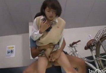 駐輪場で痴漢されたJKが場所を移動してトイレで痴漢される動画