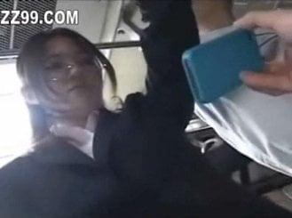 帰宅バスの中でエロ動画を見せられたOLが痴漢される動画