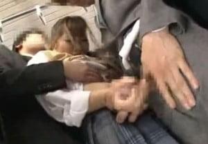 満員電車で前後から密着されて痴漢される制服姿の女子校生動画