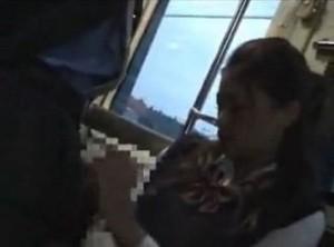 バスの座席に座っていた可愛い美少女が変態男に手コキさせられる動画