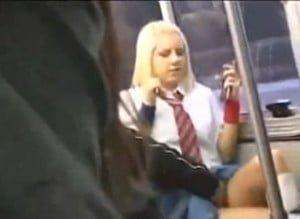 日本人の男にバス内で痴漢レイプされる制服姿の金髪JKの動画