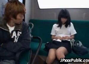 バスの後部座席でノーブラTシャツ姿で座っていたJKが痴漢される