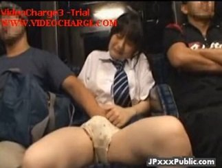 バスの後部座席で隣の男から手マン痴漢され悶絶する制服美少女