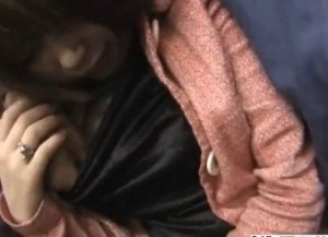 電車の座席で痴漢される女性を個人撮影っぽく見れる動画