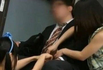 仕事疲れで寝てるサラリーマンをバス内で逆痴漢する美少女たち
