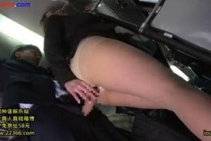 新人の男性社員をバス内で逆痴漢する先輩巨乳OLの動画