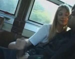 通学バスで隣の座席に座ってた男を逆痴漢手コキフェラする金髪JK