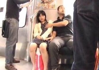 電車の相席の隣に座ってた男に痴漢されるお姉さんの動画
