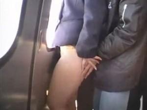 本物の走ってる電車内で痴漢されるお姉さんの動画