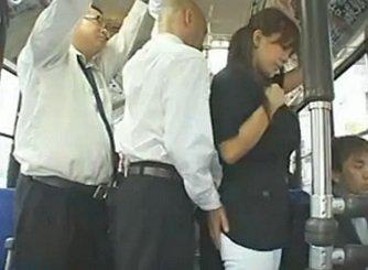 爆乳OLがバスの中で集団痴漢に遭いザー汁で美貌を汚される動画