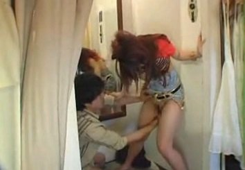 試着室で男性客から痴漢レイプされるアパレル店員ギャルの動画