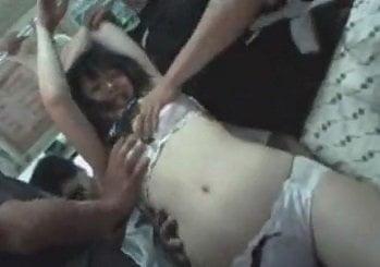 バスで集団鬼畜痴漢レイプされる美少女動画