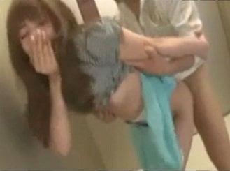 エレベーターの中で痴漢レイプされるハーフ系お姉さんの動画