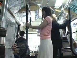実家にあずけてた子供を迎えに行くバスの中で痴漢される人妻の動画