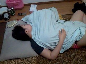 寝てしまったFカップお姉さんの体を痴漢しながら撮影する無修正動画