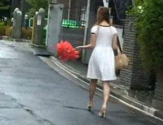 夏場に路上を歩いてた薄着な巨乳お姉さんを集団痴漢する動画