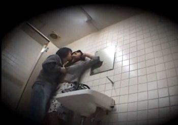 電車で痴漢されたOLがトイレでSEXする盗撮風無修正動画
