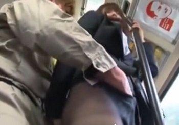 胸の谷間を見せてるスーツ姿のムチ尻OLがバスで痴漢される動画